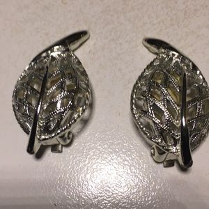 Sarah Coventry silver tone leaf design earrings